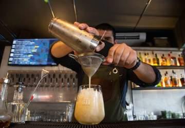El nuevo bar de Providencia que recrea el estilo de la habitación de Hemingway
