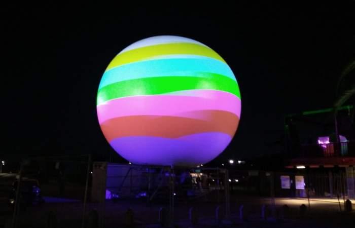 """Una """"bola de cristal"""" gigante prende los atardeceres en el Parque de la Familia"""