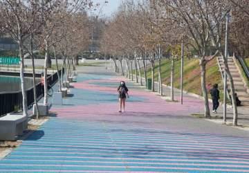 El Parque de la Familia se inunda de color una una sorprendente intervención cinética
