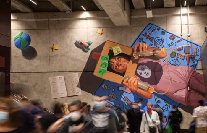 El nuevo mural en el Metro homenajea a las mujeres en la ciencia y a los trabajadores de la salud