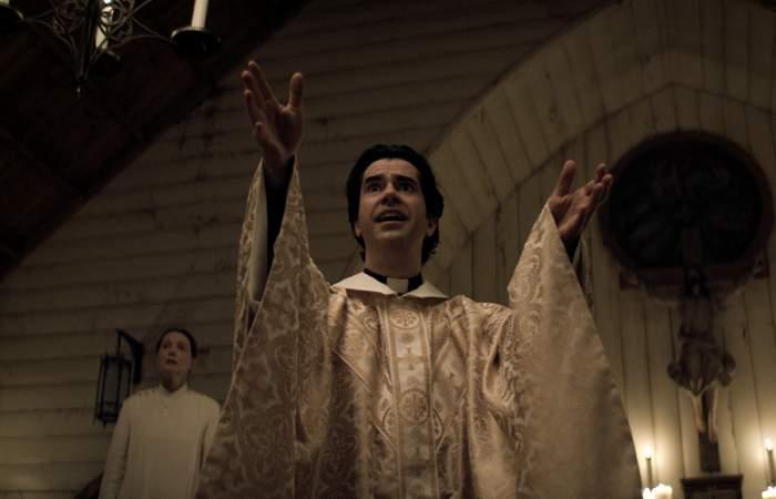 Misa de medianoche: la inquietante nueva serie del creador de La maldición de Bly Manor