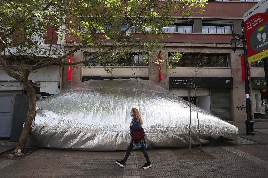 Un globo-galería de arte sorprende a los transeúntes de la Alameda