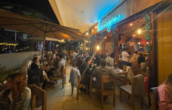 El Bar La Virgen llegó con su colorida terraza y sus cocteles al Parque Araucano